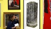 Demikian pula dengan karya Luke Wade yang berjudul 'Five Grand' dan merupakan representasi dari Grenfell Tower. (REUTERS/Peter Nicholls)