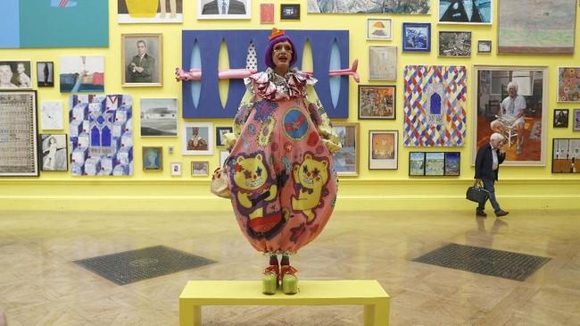 Seniman keramik yang memenangi Turner Prize, Grayson Perry menjadi kurator untuk karya yang akan dipamerkan, termasuk dari David Hockney, Wolfgang Tillmans dan Tracey Emin. (REUTERS/Peter Nicholls)