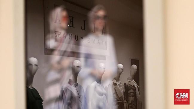 Itang mengaku tak memiliki butik. Rancangan Itang langsung dipasarkan di beberapa Departement Store, Tanah Abang dan beberapa rekan kerja, seperti Allea yang diedarkan melalui PT Selancar Mandiri. (CNN Indonesia/Andry Novelino)