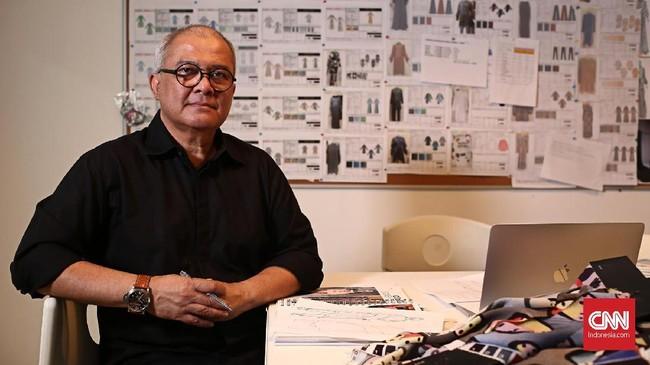 Berkiprah sejak awal 1980-an, Itang Yunasz sudah hampir empat dekade berkecimpung di dunia mode Indonesia. Sepanjang itu, desainer bernama asli Yusirwan Yunasz (59) ini telah menggeluti bidang busana muslim selama separuhnya. (CNN Indonesia/Andry Novelino)