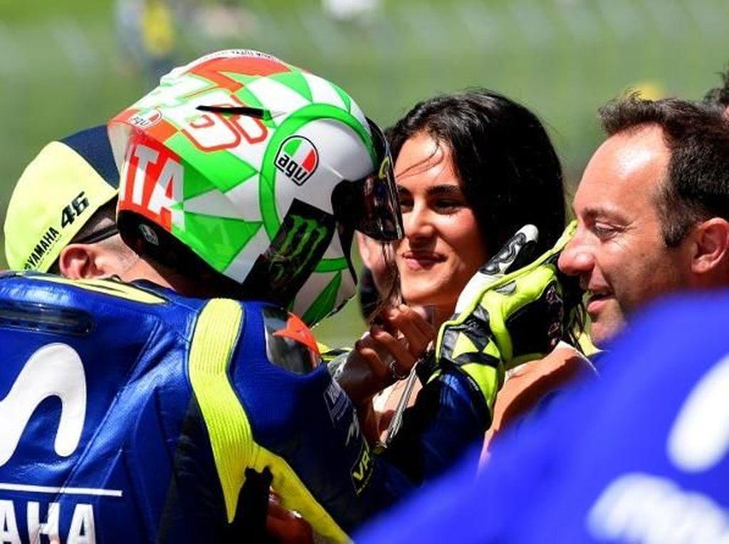 Rossi sudah menjomblo sejak 2016 usai hubungannya dengan model top Italia, Linda Morselli, kandas. Kini, Rossi mulai menunjukkan kepada publik siapa kekasih barunya itu. (Foto: TIZIANA FABI/AFP)