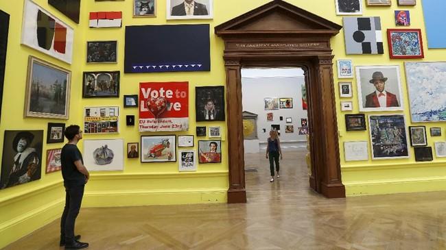 Selain itu ada pula karya Banksy, yang mengubah poster Brexit 'Vote Leave' menjadi 'Vote to Love.' (REUTERS/Peter Nicholls)