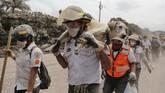 Bukan hanya manusia, hewan juga menjadi korban letusan Gunung Fuego, Guatemala, yang hingga saat ini sudah lebih dari sekali mengeluarkan lava panas. (Reuters/Luis Echeverria)
