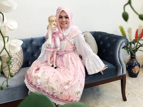 Ini Gaya Hijab Astrid Kuya Kembaran Sama Boneka Lolita, Mirip?