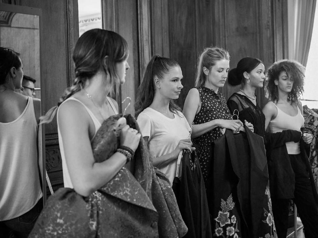 Foto: Behind The Scene Pergelaran Koleksi Batik Karya 3 Desainer Indonesia di Paris