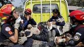 Setelah menempuh medan terjal tersebut, tim penyelamat langsung membawa hewan yang mereka selamatkan menuju tempat penampungan. (Reuters/Luis Echeverria)