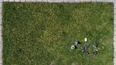 Foto udara menunjukkan anak-anak bermain di rumput kota Divnogorsk, Rusia. (Reuters/Ilya Naymushin)