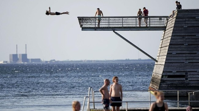 Seorang pria muda meloncat dari menara lompat di dermaga Titanic di Malmo, Swedia bagian utara. (TT News Agency/via Reuters)