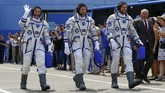 Tiga astronaut yang terdiri Serena Aunon-Chancellor (AS), Alexander Gerst (Jerman), dan Sergey Prokopyev (Rusia) bergegas melanjutkan misi jelajah luar angkasa dari Kazakhstan, Rabu (6/6) pukul 16.02 waktu setempat.(dok. REUTERS/Shamil Zhumatov)
