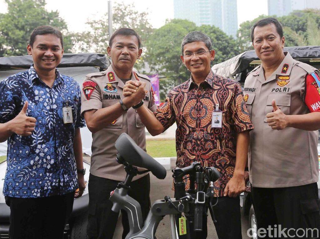 Kapolda Metro Jaya Irjen Pol Idham Azis bersama dengan SVP Government and Institutional Bank Mandiri, Teddy Y. Danas bertemu pagi ini, Jumat (8/6/2018) menyerahkan bantuan 30 unit sepeda listrik dan 4 unit mobil golf kepada Kepolisian Daerah Metro Jaya.