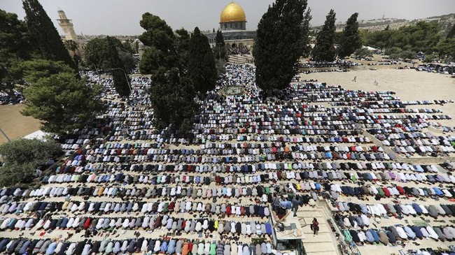 Pada pekan tersebut, diperkirakan sudah ada 200 ribu orang memadati kompleks tersebut pada saat salat Jumat. (Reuters/Ammar Awad)