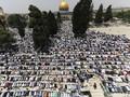 FOTO: Perjuangan Warga Palestina Salat Jumat di Al Aqsa