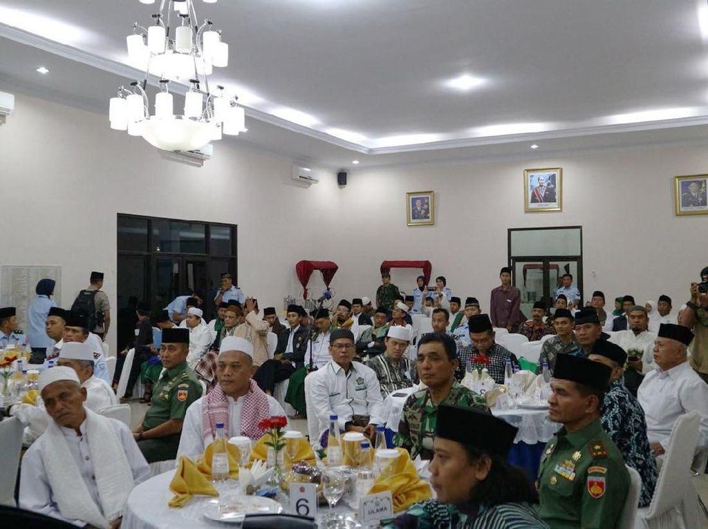 Suasana silaturahmi antara Panglima TNI Marsekal Hadi Tjahjanto dengan Forum Koordinasi Pimpinan Daerah (Forkopimda) dan tokoh agama. Istimewa/Kabidpenum Puspen TNI.