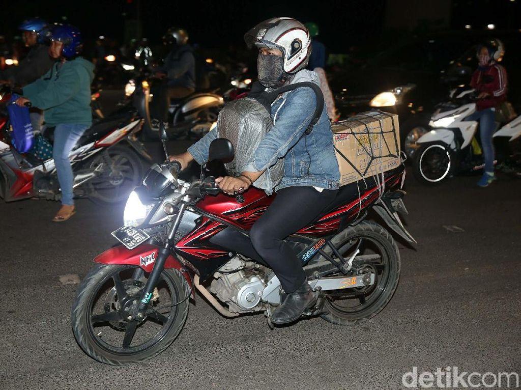 Kepala Seksi Sudin Perhubungan Jakarta Timur Andreas Eman memprediksi arus mudik bagi pengendara motor yang akan melintasi Jalan Raya Kalimalang menuju Bekasi terjadi pada H-6, atau Sabtu (9/6/2018).