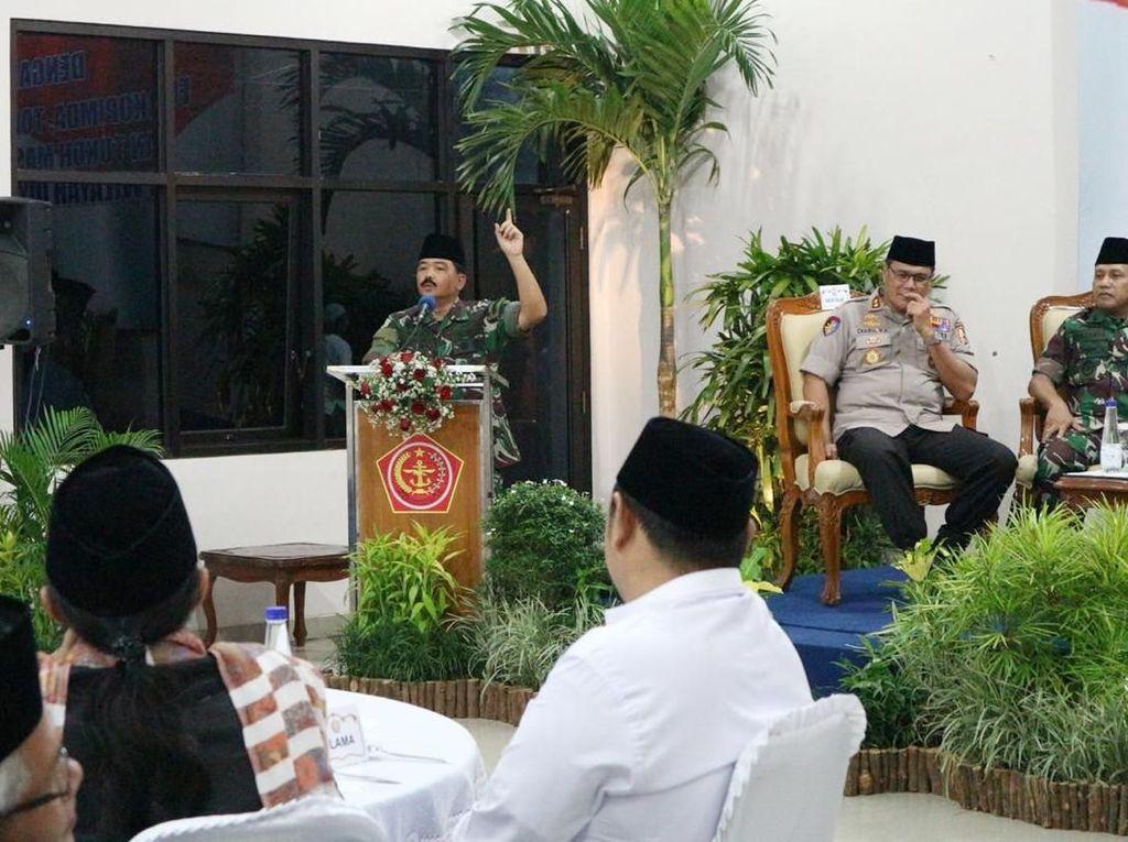 Dalam sambutannya, Panglima TNI Hadi Tjahjanto mengatakan bahwa Negara Kesatuan Republik Indonesia adalah negara sangat luas dengan 17.000 lebih pulau yang terhampar dari Sabang sampai Merauke. Oleh karena itu, menjaga kesatuan dan persatuan NKRI, serta menangkal berbagai ancaman yang memecah belah bangsa adalah kewajiban dari seluruh rakyat Indonesia. Istimewa/Kabidpenum Puspen TNI.