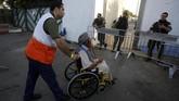 Israel pun memperketat keamanan di sekitar Al Aqsa dengan menerjunkan ratusan polisi dan membentangkan pembatas di jalur masuk Kota Tua Yerusalem. (Reuters/Mussa Qawasma)