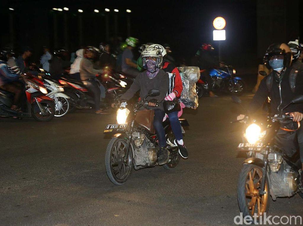 Laporan pandangan mata terlihat jalan ramai lancar dan beberapa pemudik sepeda motor sudah terlihat.