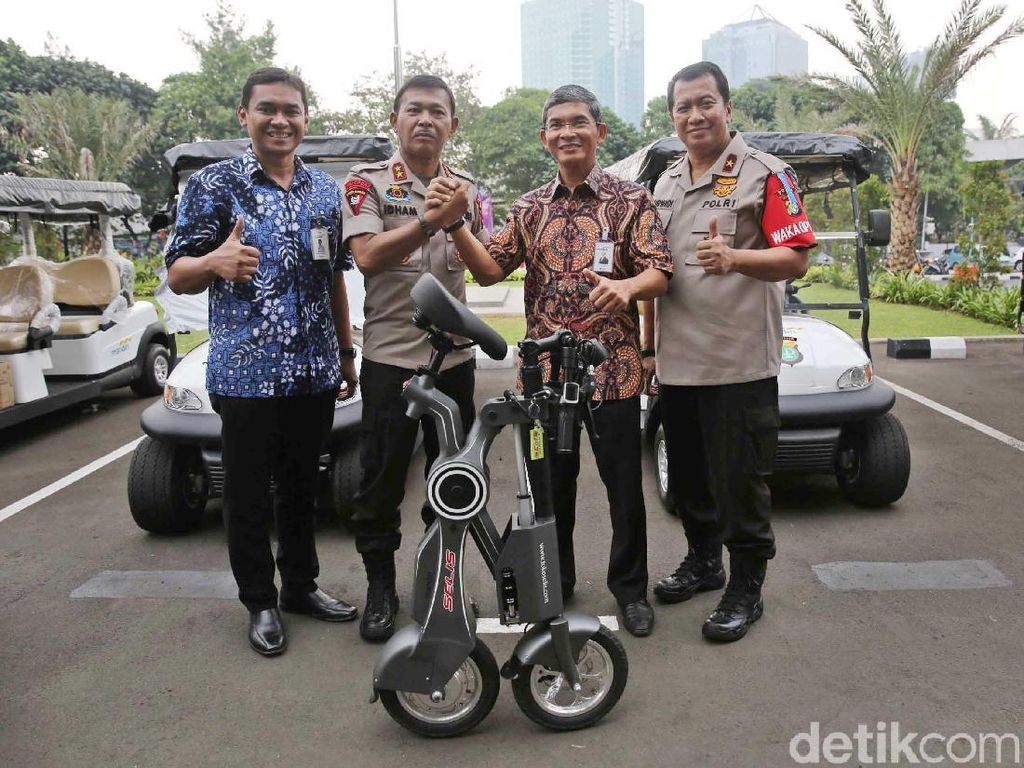 Dukungan itu berupa bantuan 30 unit sepeda listrik yang diberikan Bank Mandiri kepada pihak Kepolisian Polda Metro Jaya untuk meningkatkan pengamanan jelang Asian Games 2018 .