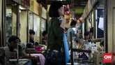Setelah selesai, biasanya pemesan mencoba terlebih dahulu sambil memeriksa baju apakah sudah sesuai ukuran dan model yang diinginkan.(CNNIndonesia/Safir Makki)