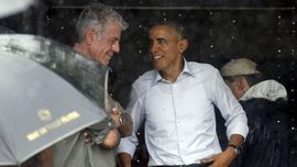 Meja Makan Obama dan Bourdain di Vietnam Dibingkai Kotak Kaca
