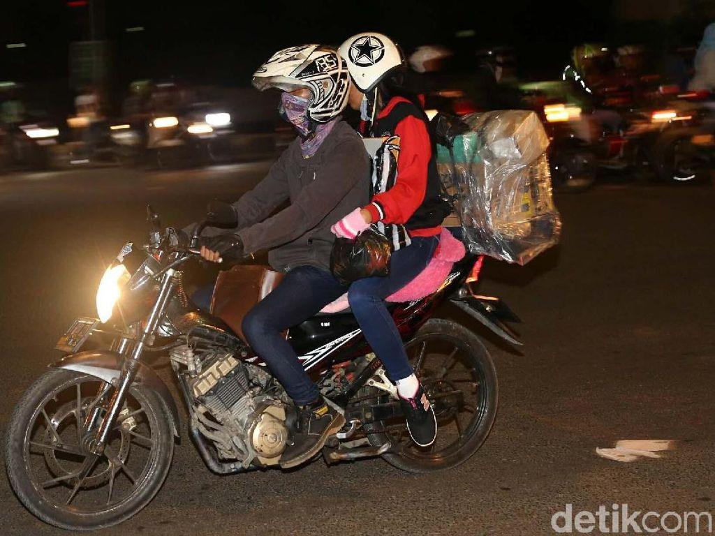 Beberapa pemudik dengan sepeda motor mulai terlihat melintas di Pangkalan Jati, Kalimalang, Jakarta Timur, Jumat (8/6/2018).