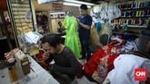 Hampir sebagian besar para penjahit di pasar Atom adalah pria. (CNNIndonesia/Safir Makki)