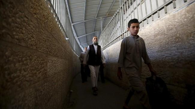 Otoritas Israel membatasi hanya pria berusia lebih dari 45 tahun dan anak di bawah 13 tahun yang dapat masuk tanpa izin resmi. (Reuters/Mussa Qawasma)