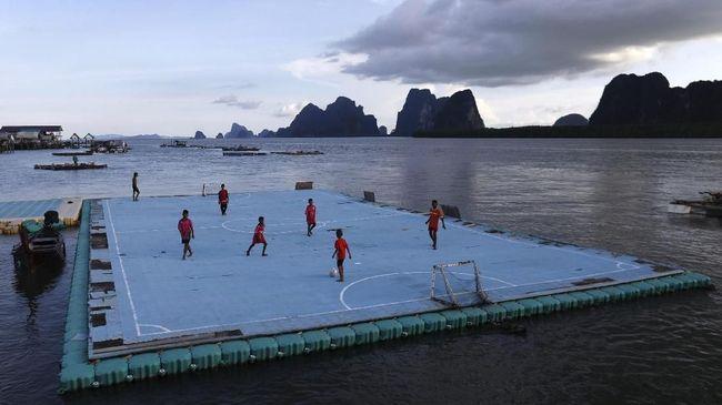 Lapangan Bola Mengambang di Tengah Laut Thailand