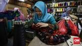 Harga yang ditawarkan oleh jasa penjahit kepada pemesan bergantung pada yang dikerjakan, seperti jasa mengecilkan pakaian, membordir, hingga membuat pakaian. (CNNIndonesia/Safir Makki)
