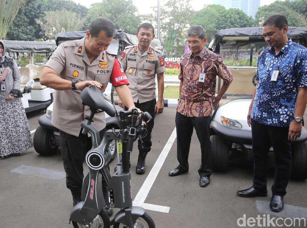 Kapolda Metro Jaya Irjen Pol Idham Azis terlihat sedang mencoba sepeda listrik bantuan dari Bank Mandiri.