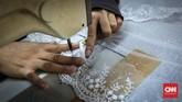 Pesanan bordir untuk gaun perempuan terbilang cukup banyak pada masa Idul Fitri. Biasanya pemesan membawa contoh ke penjahit. (CNNIndonesia/Safir Makki)