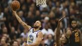 Stephen Curry berusaha melepaskan tembakan melewati adangan JR Smith. Dalam laga keempat, Curry yang mengumpulkan 37 poin menjadi pemain paling produktif. (Ken Blaze-USA TODAY Sports)