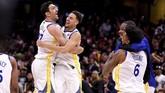 Zaza Pachulia dan Klay Thompson merayakan kemenangan Warriors sesaat setelah laga usai. Warriors menjadi salah satu tim papan atas NBA dengan koleksi enam gelar juara. (Kyle Terada-USA TODAY Sports)