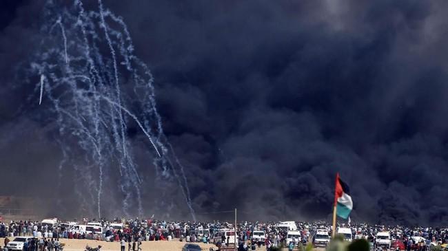 Saat itu, setidaknya 125 orang meninggal dan 13 ribu luka-luka. Israel berdalih, pelepasan tembakan dibenarkan karena demonstran Palestina saat itu adalah 'perisai manusia' yang digunakan militan Hamas yang membuat warga Palestina menerobos perbatasan. (REUTERS/Mohammed Salem)