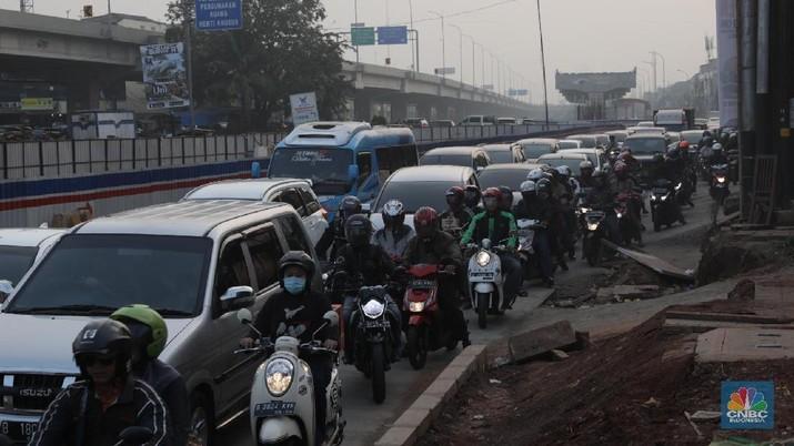 Pemudik bersepeda motor mulai memadati Jalur Kalimalang, Jakarta Timur, Sabtu (9/6). Jalur Kalimalang merupakan jalur pemudik bersepeda motor yang melintas dari Jakarta menuju Pantai Utara Jawa (Pantura). Menurut pantauan CNBC Indonesia Arus lalu lintas di sepanjang jalur itu pun masih ramai lancar. MTI (Masyarakat Transportasi Indonesia ) memprediksi 6,39 VB orang akan menggunakan sepeda motor untuk menuju kampung halaman. (CNBC Indonesia/Muhammad Sabki)