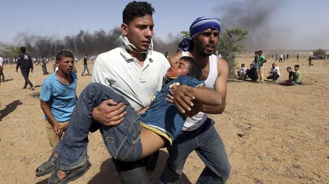 Perayaan Hari Yerusalem yang diperingati setiap pertengahan Juni, kali ini ricuh. Setidaknya tiga orang ditembak meninggal dan 386 lainnya terluka. (REUTERS/Ibraheem Abu Mustafa)