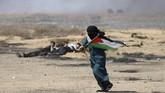 Biasanya pada hari itu masyarakat merayakannya selayaknya hari keagamaan. Namun Jumat (8/6) kemarin, 10 ribu orang berkumpul, mengibarkan bendera, membakar ban serta melempar batu kepada pasukan pertahanan Israel yang berjaga. (REUTERS/Ibraheem Abu Mustafa)