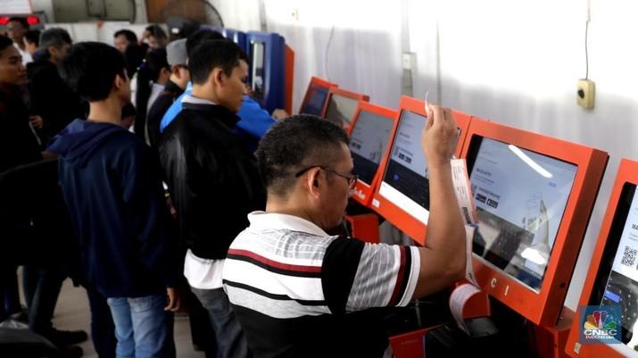 Penumpang KRL harus membeli tiket kertas di 79 stasiun dengan harga Rp 3.000 di setiap perjalanan akibat pembaharuan dan pemeliharaan sistem tiket elektronik.