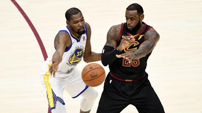 LeBron James dan Kevin Durant berebut bola dalam pertemuan keempat di laga final. Keunggulan 34-25di kuarter pertama laga keempat membuat Warriors semakin di atas angin untuk meraih gelar juara. (David Richard-USA TODAY Sports)