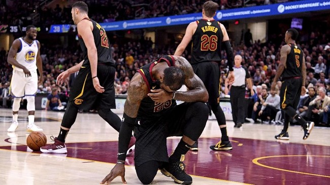 LeBron James mengalami cedera tangan kanan pada laga keempat final NBA 2018. Kendati cedera, LeBron memimpin perolehan poin pemain Cavaliers dengan mengumpulkan 23 poin. (Kyle Terada-USA TODAY Sports)