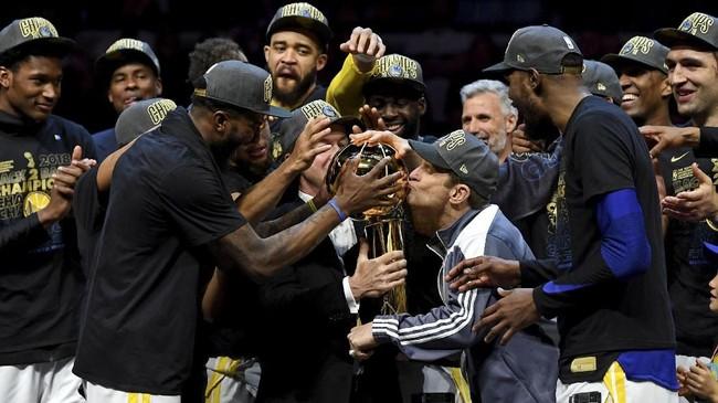 Pemilik Golden State Warriors Peter Guber mencium trofi Larry O'Brien Championship. Warriors menjadi penguasa NBA dengan meraih tiga gelar juara dalam empat tahun terakhir. (Kyle Terada-USA TODAY Sports)