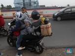 Pemudik dengan Sepeda Motor Mulai Padati Jalur Kalimalang