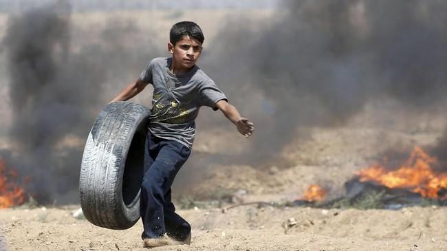 Tak ayal, gas air mata pun ditembakkan. Bentrok pun terjadi. Sampai ada yang tewas. (REUTERS/Ibraheem Abu Mustafa)
