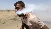 Foto seorang pria menggapai tenggorokannya dan berjuang untuk bernapas di tengah serangan gas air mata pun tersebar luas di media sosial Palestina. (REUTERS/Ibraheem Abu Mustafa)