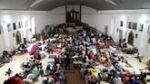 Para pengungsi Gunung Fuego di penampungan sementara di sebuah gereja Katolik, di Escuintla, Guatemala, Jumat (8/6). (REUTERS/Carlos Jasso)