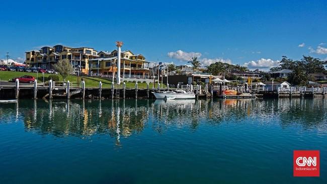 Dermaga Huskisson menjadi titik keberangkatan wisatawan yang ingin melihat kawanan lumba-lumba hidung botol dan paus bungkuk yang bermigrasi di perairan Jarvis Bay.