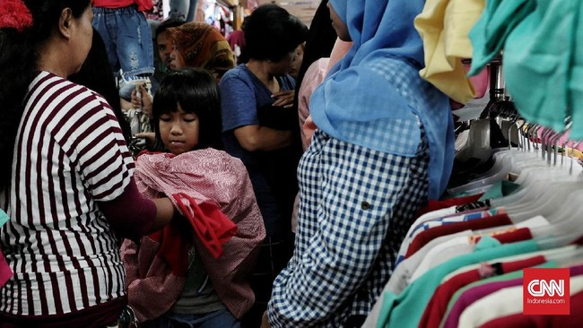 Sepekan menjelang Lebaran, warga masih memadati sejumlah pusat perbelanjaan untuk memenuhi berbagai kebutuhannya. (CNN Indonesia/Andry Novelino)