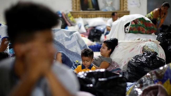 Seorang anak bersitirahat di penampungan sementara di gereja Katolik setempat setelah letusan Gunung Fuego menghancurkan tempat tinggalnya di Escuintia, Jumat (8/6). (REUTERS/Carlos Jasso)