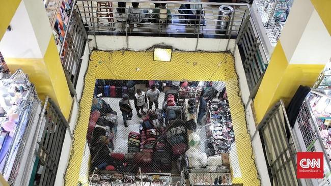 Konsumen memilih busana di sebuah Pusat Grosir Cililitan, Jakarta, Minggu, 10 Juni 2018. (CNN Indonesia/Andry Novelino)