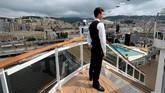 Seorang staf berdiri di geladak kapal pesiar MSC Seaview yang bersandar di pelabuhanGenoa, Itala, Sabtu (9/6). (REUTERS/Massimo Pinca)